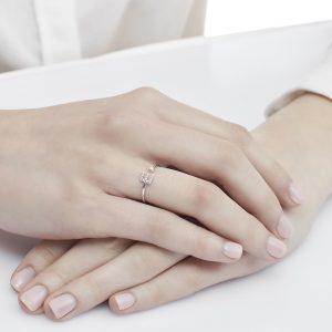Anello letterine - E - con diamanti bianchi