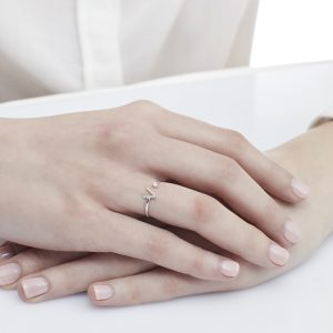Anello letterine - V - con diamanti bianchi