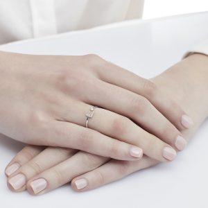 Anello letterine - L - con diamanti bianchi